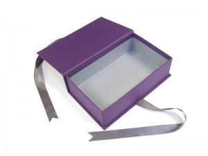 cutie cu funda mov deschisa