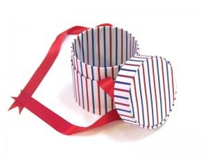 cutie rotunda textil pentru cadouri deschisa